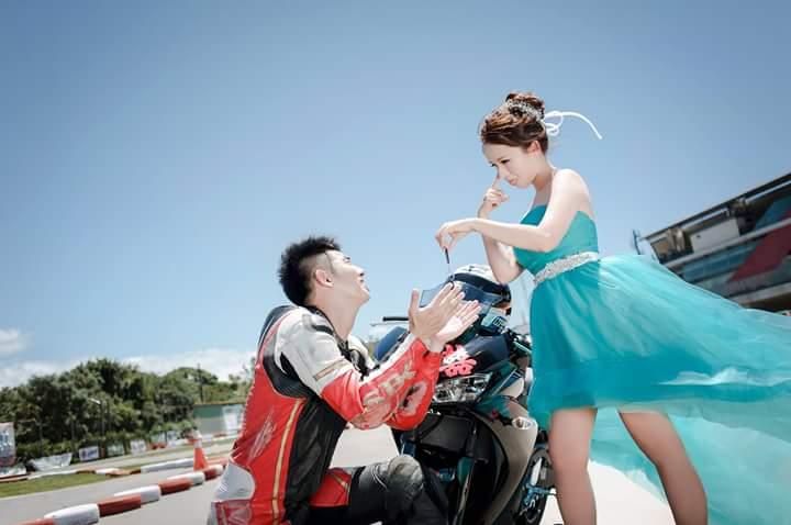 Image result for foto pre wedding di motor drag